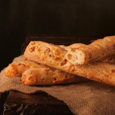 """Bastoncino di farina tipo """"0"""" con Formaggio e Pancetta"""